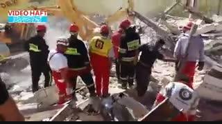 تلاش سگهای هلال احمر برای نجات افراد از زیر آوار زلزله