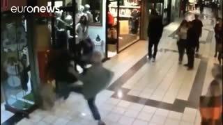 مرد ۸۴ ساله میخواهد با جفت پا گرفتن مانع فرار دزد مسلح شود
