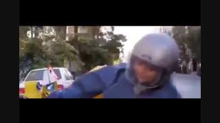 پشت صحنه موتورسوارى نیکى کریمى در فیلم آذر