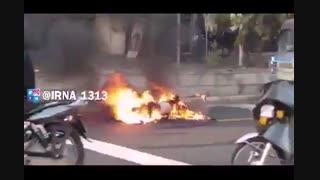 آتش زدن موتور در اعتراض به توقیف پلیس