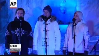 مردی که با یخ می نوازد