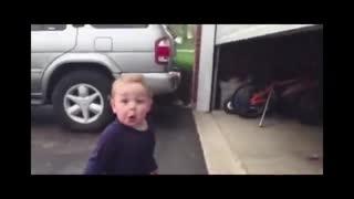 واکنش خنده دار بچه به درب اتوماتیک !
