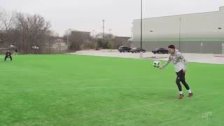 football vs soccer trick shots (dude perfect) فوتبال در برابر فوتبال پرتاب های فوق العاده گروه دو پرفکت رو از دست ندین