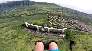 پرواز با چتر از بین ساختمان های مسکونی
