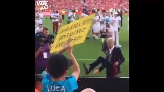 آرسن ونگر در آخرین حضور خود در ورزشگاه امارات در پایان دیدار مقابل برنلی کروات خود را به یک کودک هدیه داد