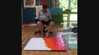 هنرمند نقاش با پا نقاشی می کند
