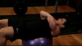 اجرای صحیح حرکت کرانچ روی توپ تمرین