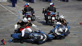سوتی در رژه روز ملی فرانسه؛ از تصادف دو موتور پلیس تا اشتباه در رژه هواپیماها