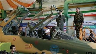 روحانی پشت جنگنده مجهز ایرانی کوثر نشست