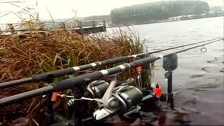 فیلم بسیار ارزشمند  واکنش لنسر ماهیگیری به افتادن ماهی در قلاب( صدای الارم+زنگوله+شل شدن نخ ماهیگیری+درسهای ماهیگیری)