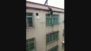 فقط یه گربه میتونه از این ارتفاع سقوط کنه و هیچیش نشه!!!