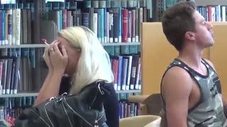 دوربین مخفی خوردن با صدای بلند در کتابخانه