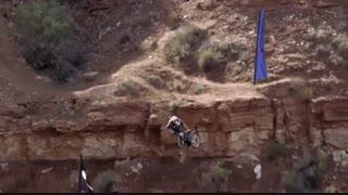 تصاویر واقعی از مرگ یک ورزشکارموتور سوار در حین اجرای نمایش زنده
