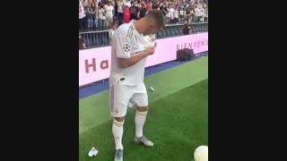 بوسه ادن هازارد بر لوگوی رئال مادرید در مراسم معارفه اش